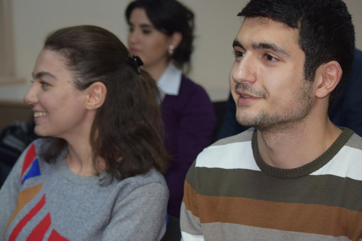 Fatima Askarova och Emil Huseynov är juridikstudenter och med i projektet som vill bekämpa våldet mot kvinnor. Foto: Khalisa Shahverdi