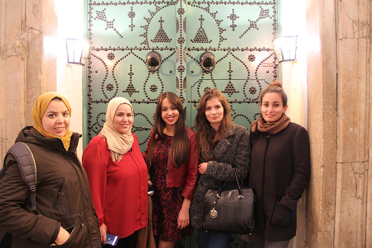 Sarra Ben Saïd, Fathia, Fida Saidani, Sonia Ben Miled, Julia Taos Tortel på Kvinna till Kvinnas tunisiska samarbetsorganisation Aswat Nissa. Foto: Kvinna till Kvinna/ Karolina Sturén