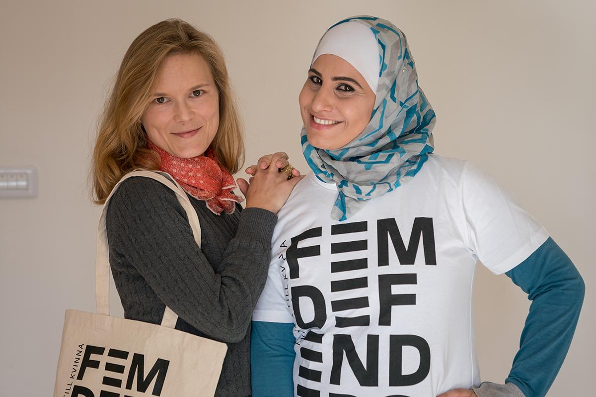 Jenni Wisung (t.v), fältrepresentant i Mellanöstern och Nordafrika berättar mer om Kvinna till Kvinnas etablering i Tunisien. Här tillsammans med Safa Salim på Kvinna till Kvinnas kontor i Amman, Jordanien. Foto: Christopher Herwig