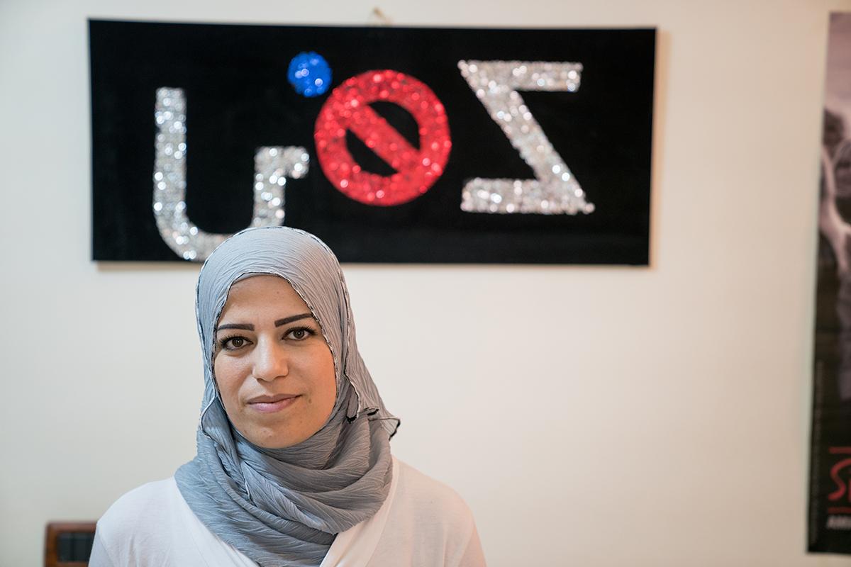Hind utbildar kvinnor som flytt från Syrien till Libanon om deras rättigheter och möjligheter. Foto: Christopher Herwig