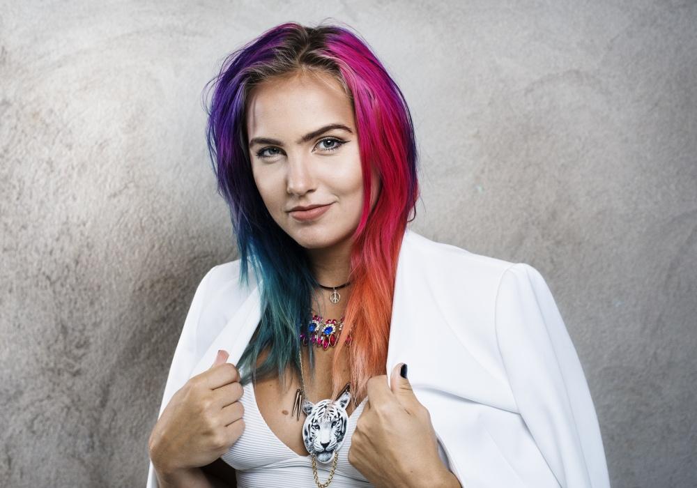 Linnéa Claeson, goodwillambassadör för Kvinna till Kvinna tipsar om jämställda julkappar