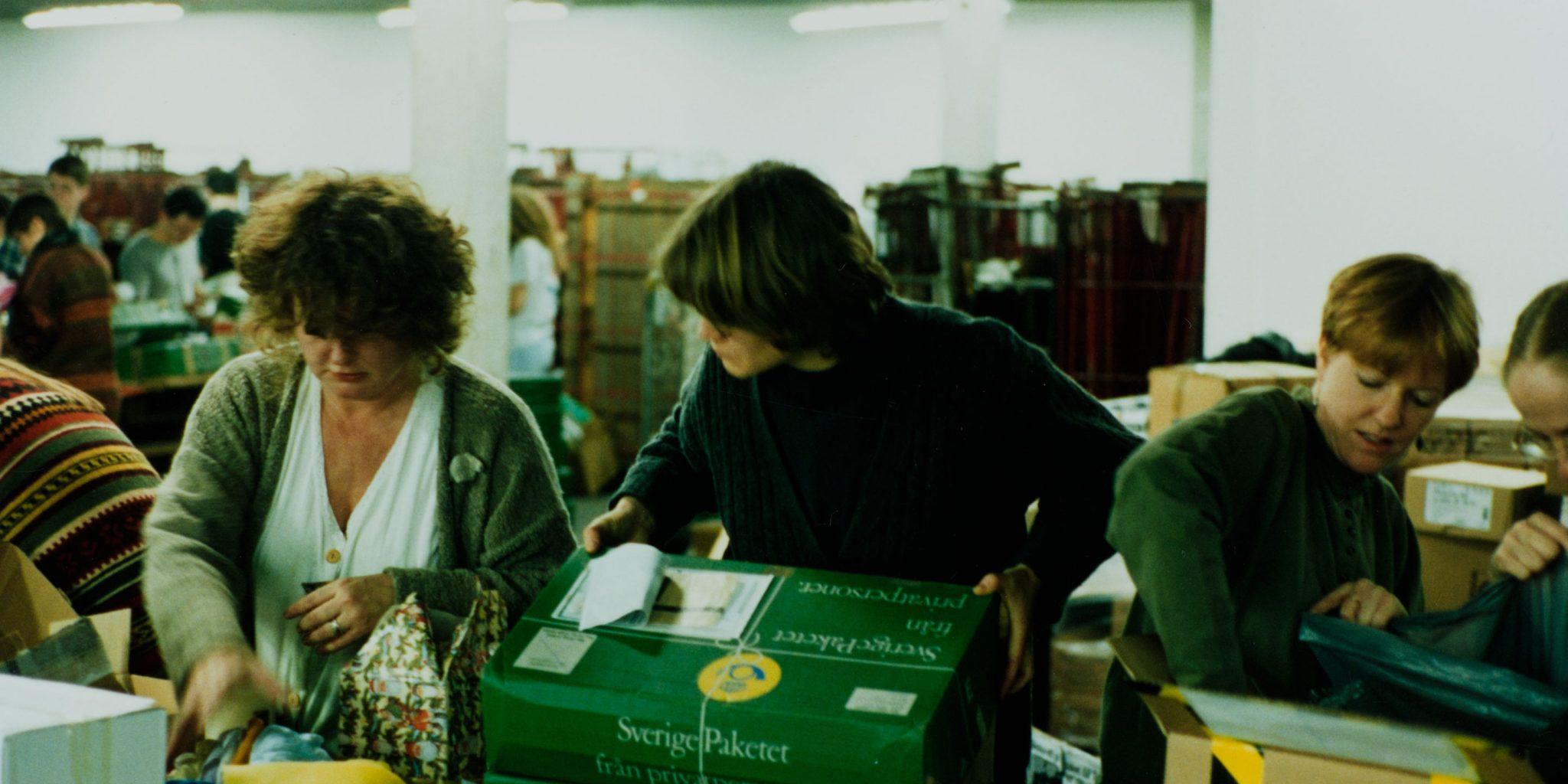 Frivilliga packar kvinnopaket till Bosnien. Foto: Kvinna till Kvinna/arkiv.