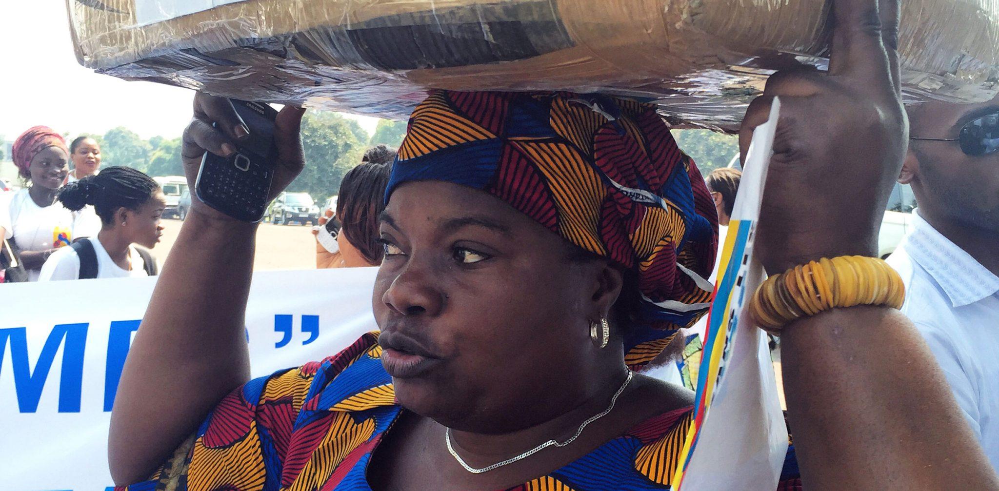 Solange Lwashiga bär namnunderskrifterna för fler kvinnor i parlamentet. Foto: Kvinna till Kvinna/Susanna Rudeh