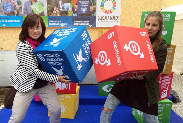 Jämställdhet och fredliga samhällen är två av målen i Agenda 2030, som Kvinna till Kvinnas Anna-Carin Hall och Karolina Sturén gärna lyfter fram. Foto: Linn Hultqvist