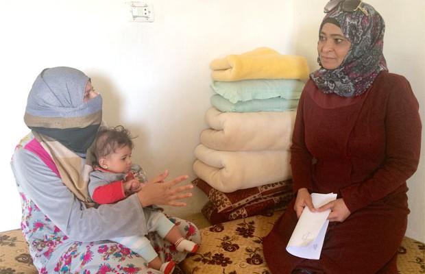 Amal Hussein lever i Kura, norra Jordanien på flykt från kriget i Syrien, här tillsammans med Fatima Abdalla, ledare för Kvinna till Kvinnas samarbetsorganisation Kura som i dag jobbar mycket med stöd till flyktingfamiljer. Foto: Kvinna till Kvinna/Anna Lithander