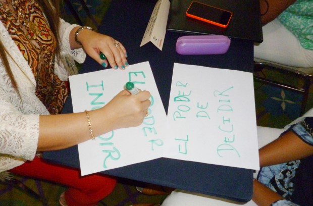"""Vad innebär resolution 1325 för dig? Utbildningsdeltagarna skriver svaren på frågan som förslag till twitter-inlägg. """"Makten att bestämma!"""", """"Makten att påverka!"""" Foto: Kvinna till Kvinna/Agnes Berge"""