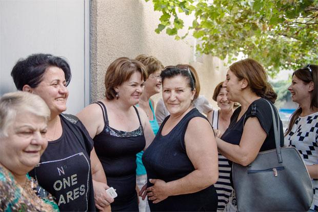 Kvinnoklubben i armeniska byn Nalbandyan utanför garaget där de håller sina möten och utvecklar strategier för att åstadkomma förändring för byns kvinnor. Foto: Pi Frisk
