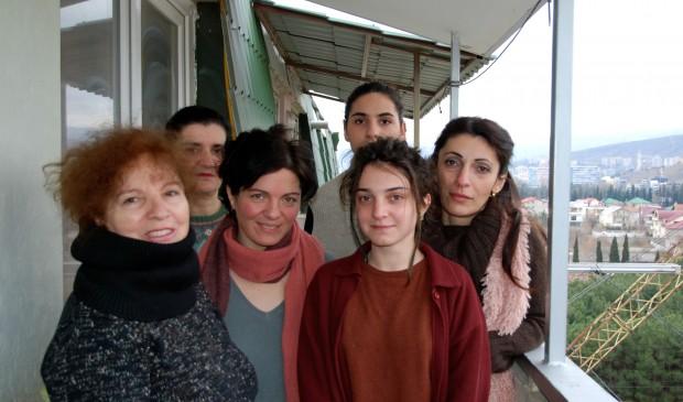 Liana Jaqeli, Marine Margalitadze, Tamar Lejava, Natia Vardosanidze, Sophio Chkheidze och Lulu Kalandadze på StudioMobile arbetar med dokumentärfilm mot bland annat barnäktenskap. Foto: Emma Söderström.