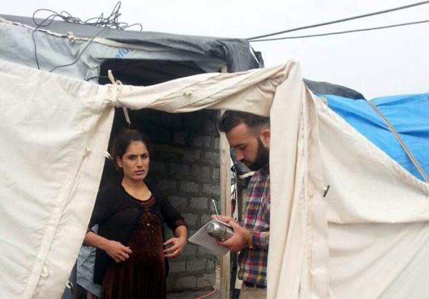 Ayaz Shalal Hassan (th) jobbar hos Kvinna till Kvinnas samarbetsorganisation Rasan som ger stöd till kvinnor på flykt. Foto: Kvinna till Kvinna/ Hanar Omar