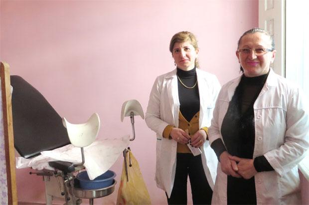 Maia Mamulashvili, sjuksköterska och Manana Vengrjhanovich, gynekolog på Democratic Women's Organisation i Georgien ger varje år tusentals kvinnor och flickor gratis undersökningar och vård. Foto: Kvinna till Kvinna/Emma Söderström