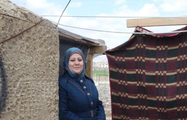 Fatima driver en förskola som får stöd av Kvinna till Kvinnas samarbetsorgnaisation Women Now for Development i sitt tält i det lilla flyktinglägret Bekaa-dalen i Libanon. Foto: Kvinna till Kvinna/Anna-Carin Hall