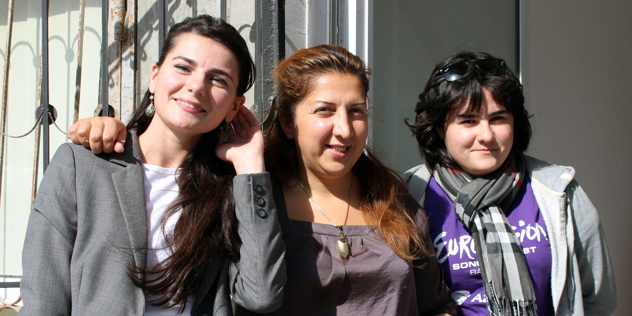 Pervana Mammedova i mitten är grundare av vår partnerorganisation YUVA Humanitarian Center, vars verksamhet går ut på att stärka unga kvinnor. Här tillsammans med Leyla och Sevda Jahangirova, båda aktiva i YUVA. Foto: Kvinna till Kvinna/Karin Råghall.