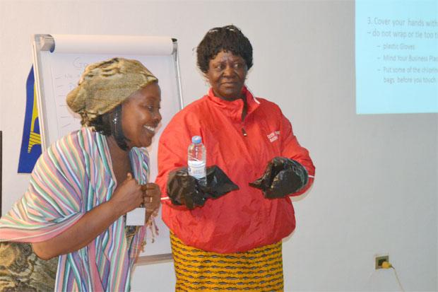 Kvinna till Kvinna var med och organiserade workshops i hur man bäst förhindrar spridning av ebola för kvinnorättsorganisationer i Liberia. Organisationerna har i sin tur delat kunskapen vidare till samhällen runt om i landet. Foto: Kvinna till Kvinna/Ruth Toby