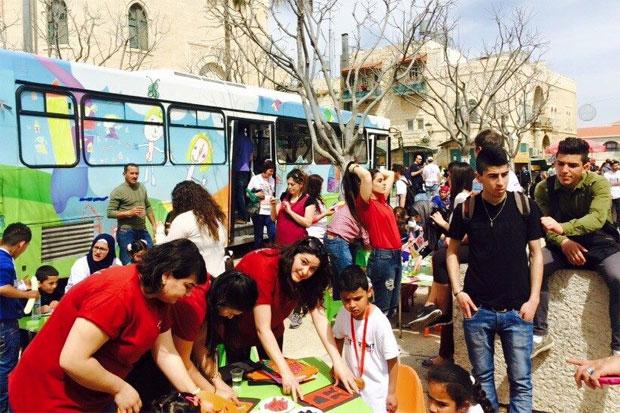 Genom al-Tufulas program åker unga aktivister runt i en mobil konstbuss som reser runt till palestinska byar och ger barn chansen att måla, pyssla och skapa tillsammans. Foto: al-Tufula