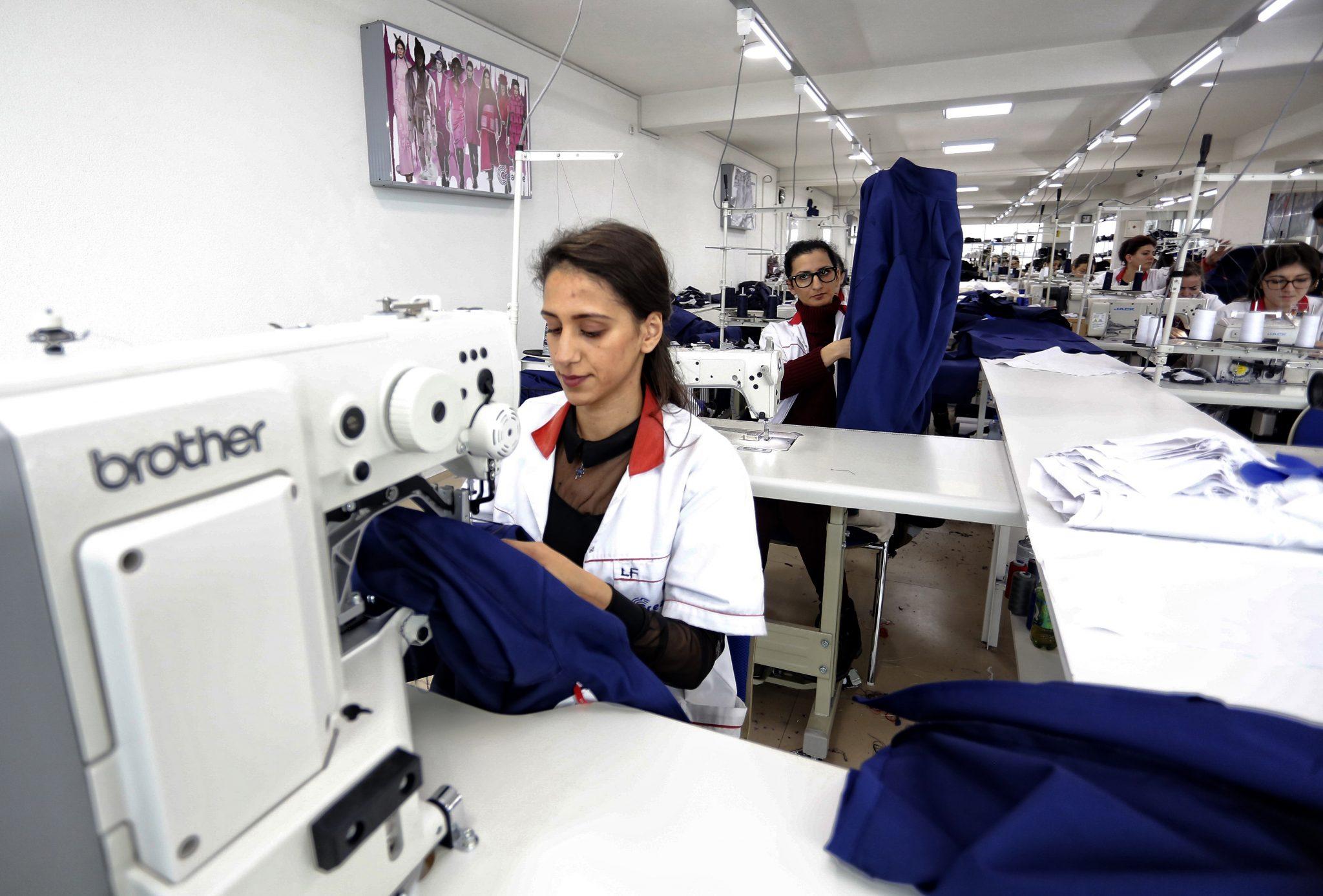 NRAEWOK kämpar för att öka utbildningsnivån bland kvinnor i minoritetsgrupper, så att de kan få jobb och försörja sig själva. Att organisationen gör skillnad är Lule ett bevis på. Idag har hon jobb som sömmerska. Foto: Driton Paqarada