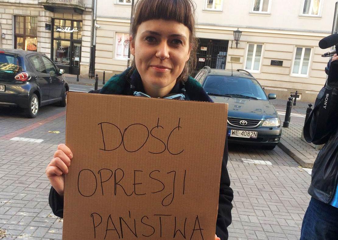 Kamila Ferenc är jurist och arbetar för Federation for Women and Family Planning i Polen. På bilden håller hon i ett plakat där det står