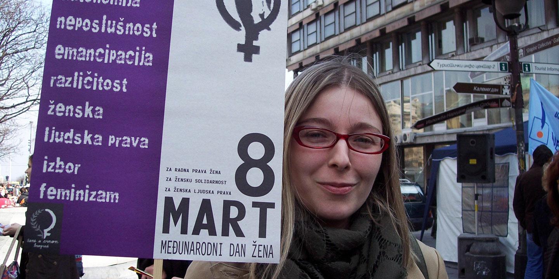 """""""Genom att vara så synliga krossar vi de traditionella rollerna och det gör alla konservativa och fascister förbannade"""", säger Mirjana Mirosavljevic Bobic, chef för Reconstruction Women's Fund, en serbisk organisation som stödjer kvinnoorganisationer över hela landet. Foto: Kvinna till Kvinna"""
