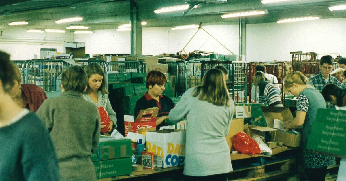 """Genom insamlingskampanjen """"Skicka ett kvinnopaket"""" slöt svenska folket upp och bidrog till 20 000 paket med bristvaror som bindor, tamponger, underkläder och hygienprodukter som skickades till kvinnliga internflyktingar i Bosnien. Anna Nilsson Spets var en av dem som engagerade sig."""