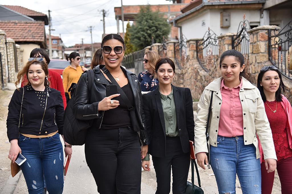 Kvinna till Kvinnas goodwillambassadör Fanna Ndow Norrby besöker Shuto Orizari, en av de tio kommuner som tillsammans utgör huvudstaden Skopje i Nordmakedonien. Foto: Maja Janevska Ilieva