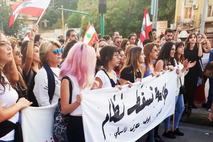 """Feministisk demonstration i Libanon den 3 november 2019. På demonstranternas skylt står att """"Jag kommer att fälla systemet"""". Foto: Julie Gromellon Rizk / Kvinna till Kvinna"""