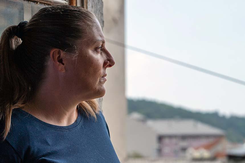 Marija Nikolic misshandlades av sin man som också begick övergrepp på barnen. Genom Kvinna till Kvinnas partnerorganisation Women's Centre Uzice fick Marija stöd av psykolog och jurist att kräva upprättelse för sig och sina barn. Foto: Liliana Garmvild