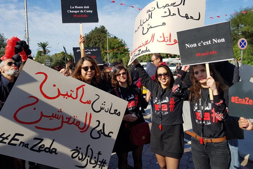 Tunisien har haft fri abort sedan 1973, alltså längre än Sverige. Just nu verkar dock de tunisiska myndigheterna ointresserade av att värna om aborträtten, enligt vår partnerorganisation Aswat Nissa som på bilden manifesterar mot sexuella trakasserier. Foto: Kvinna till Kvinna / Ane Birk