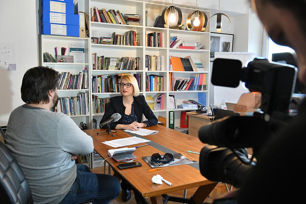 Irena Cvetkovic, chef på Kvinna till Kvinnas partnerorganisation Coalition Margins, intervjuas av makedonsk tv. Coalition Margins förespråkar bättre sexualundervisning i skolor, där också kunskap om det sexuella våldet mot kvinnor och flickor ska ingå. Foto: Maja Janevska Ilieva