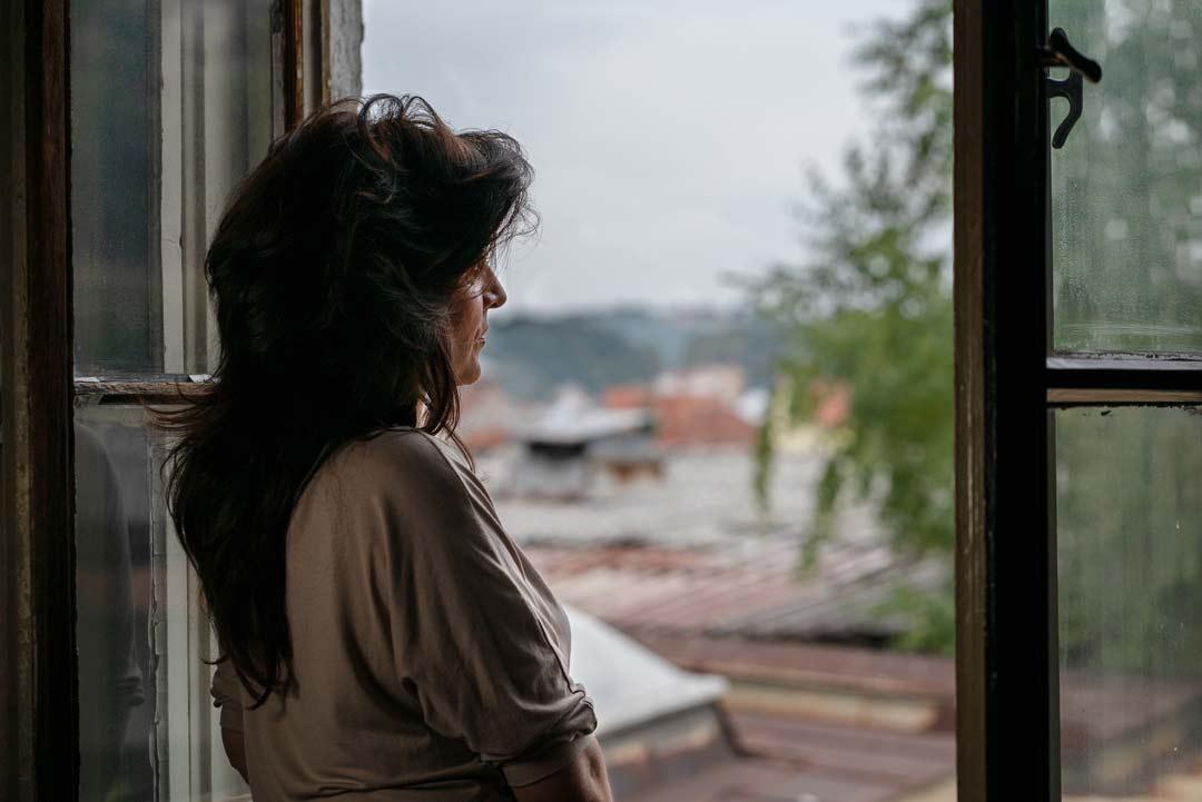 Under flera år misshandlades Ana i Serbien av sin make. Nu kämpar hon för att bygga upp sitt liv igen med stöd av Kvinna till Kvinnas partnerorganisation the Women's Center i Uzice. Foto: Liliana Garmvild