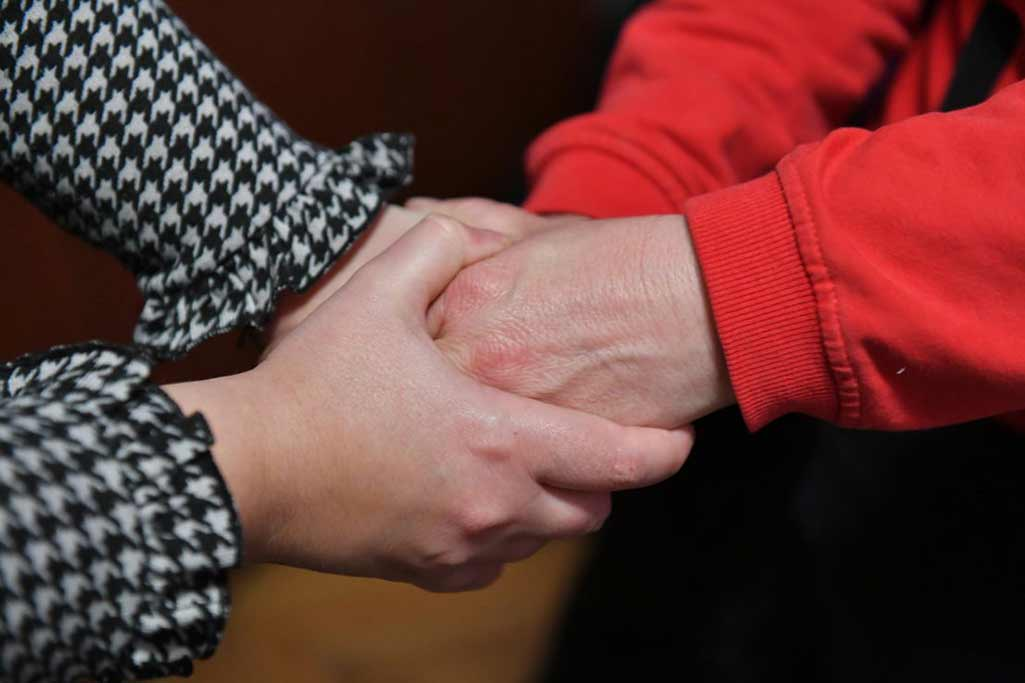 Liljana, 59, har valt att vara anonym. Hon är rädd för vad som skulle hända om hennes man fick reda på att hon berättar sin historia. Ändå väljer hon att göra det – för någon måste börja berätta om våldet om det ska kunna bli en förändring. Foto: Maja Janevska Ilieva