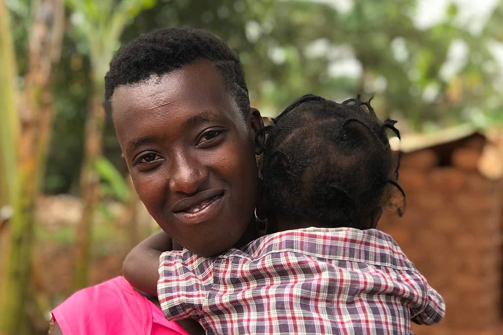 Rwema, 19, har kunnat bygga upp sitt liv igen tack vare utbildning och stöd från Kvinna till Kvinnas partnerorganisation – Réseau des Femmes Oeuvrant pour le Développement Rural – som aktivt jobbar för att nå tonårsmödrar. Foto: Kvinna till Kvinna/ Aline Niwenshuti