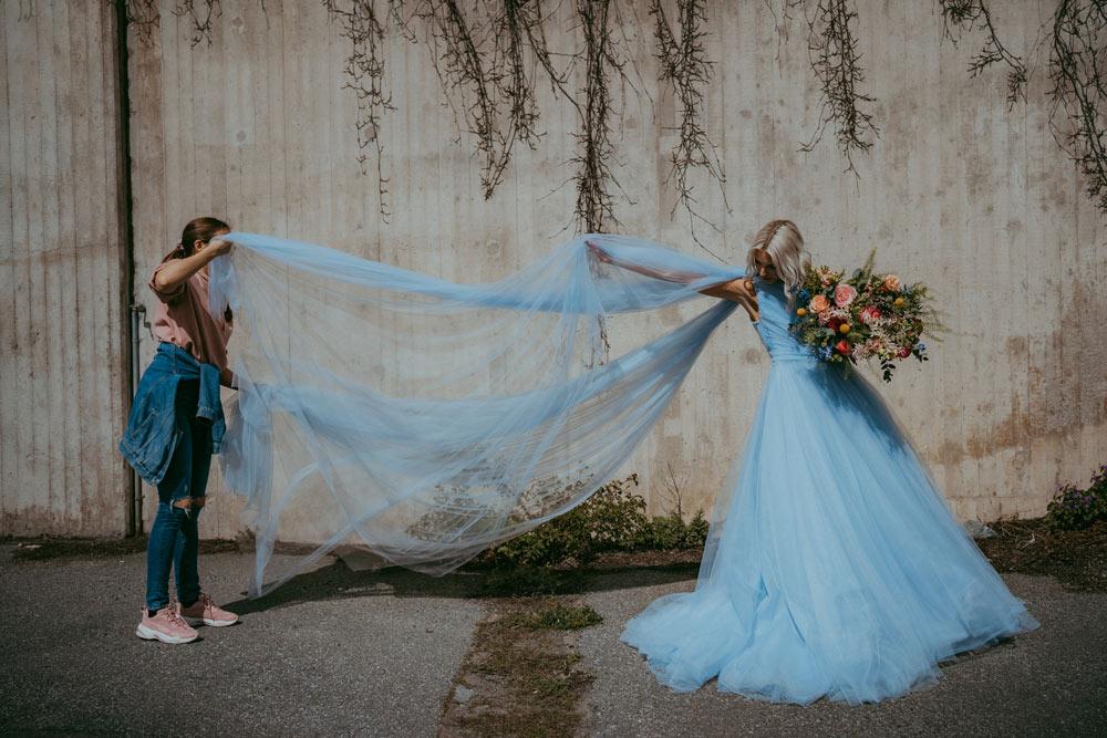 """Frida Jonsvens och modellen Emelie Schelin under fotograferingen som inspirerade kampanjen """"Hon förtjänar hela himlen"""" som belyser problematiken kring mäns våld mot kvinnor. Foto: Maria Broström"""