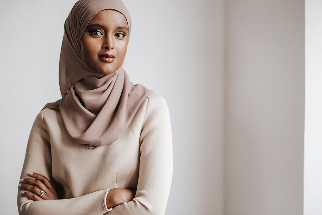 """Suad Ali har tidigare arbetat på FN:s flyktingorgan UNHCR, sommarpratat i Sommar i P1 och listats på affärstidningen Forbes """"30 under 30"""". Foto: Kajsa Göransson"""