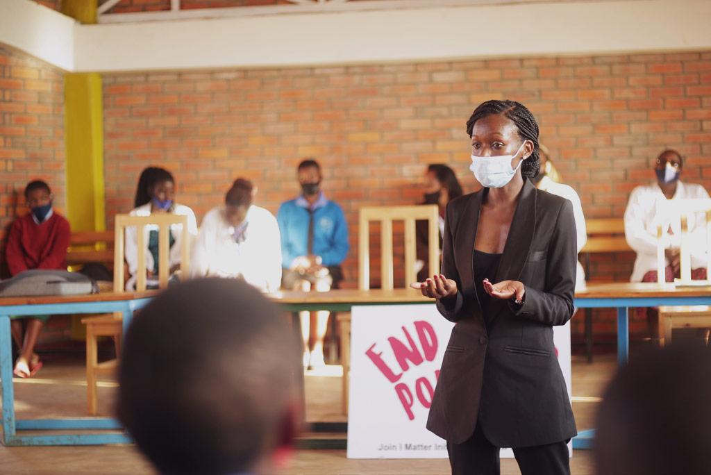 Divine Ingabire, som leder arbetet på I Matter Initiative, föreläser på en skola som heter G.S Musave Catholique. I samarbete med Kvinna till Kvinna har organisationen kunnat dela ut mensskydd, tvålar och underkläder till eleverna. Foto: I Matter Initiative